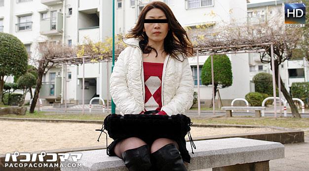 団地妻 〜美熟女が公衆便所で露出〜